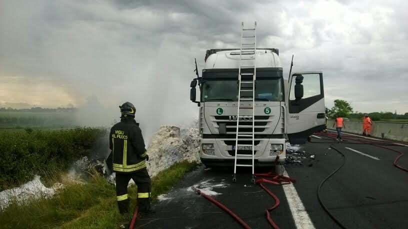 14giu16. camion fiamme autostrada-3