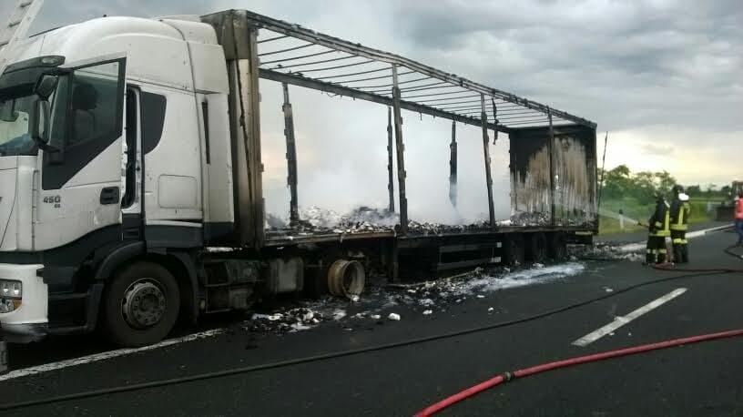 14giu16. camion fiamme autostrada-2