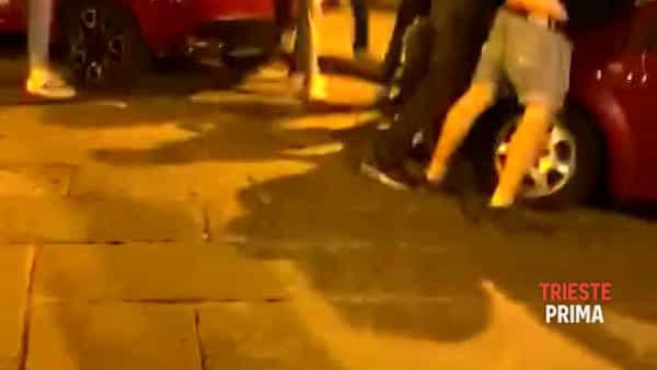 Pugni, calci e cinghiate in piazza Venezia: il video della maxi rissa