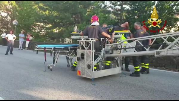 Cade montando un climatizzatore: intervengono Vigili del fuoco e 118 (VIDEO E FOTO)