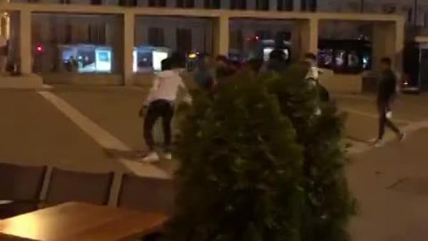 Quindici giovani coinvolti in una rissa in piazza Goldoni (VIDEO)