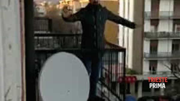 """Intona """"Marinaresca"""" contro il virus, l'elegante flash mob di un giovane triestino (VIDEO)"""
