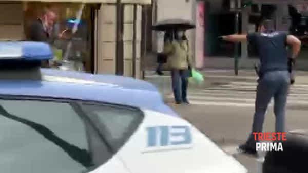 Armato di coltello in piazza Goldoni: 66enne triestino denunciato (VIDEO)