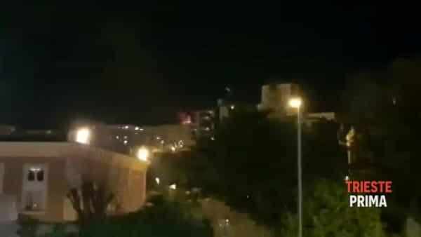 Tetto a fuoco in via Ponziana | video