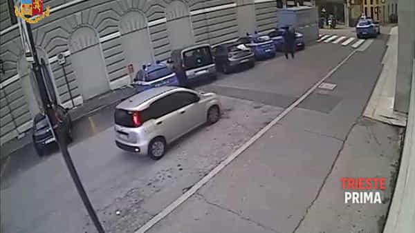 Il video della sparatoria in Questura, le immagini shock del killer con le pistole in mano
