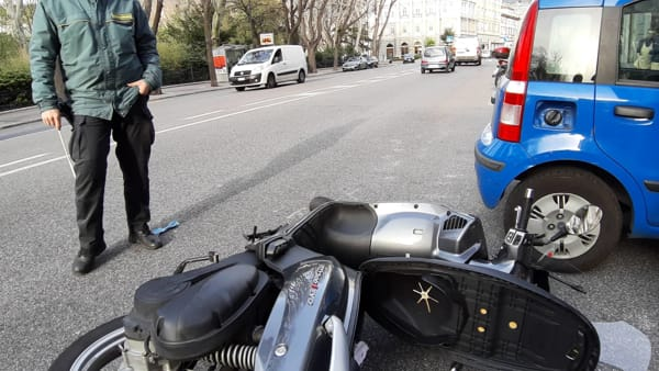 Incidente in via Giulia, scooterista a Cattinara