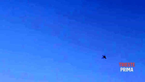 Quattro elicotteri Mangusta sorvolano Trieste