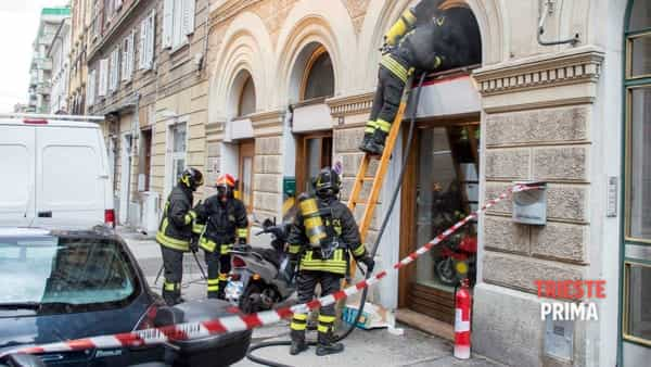 Incendio in via Settefontane: fiamme e fumo in un'officina (FOTO - VIDEO)