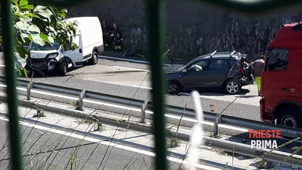 Incidente in autostrada vicino a Prosecco: traffico in tilt per un'ora (FOTO E VIDEO)
