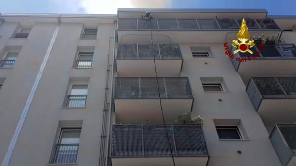 A fuoco un appartamento in via Costalunga, evacuato l'intero palazzo