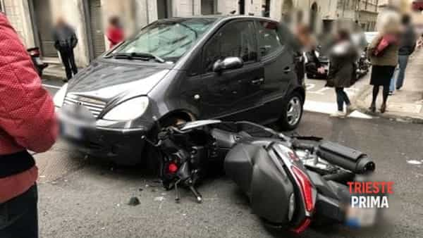 Incidente in via Crispi: scooterista all'ospedale