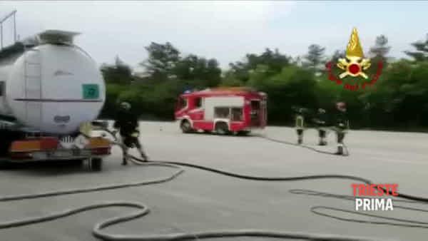 Cisterna in fiamme: il VIDEO dell'intervento dei Vigili del Fuoco
