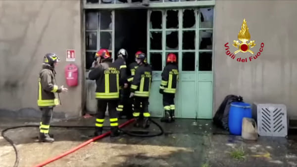 Incendio in zona industriale: in fiamme un capannone (VIDEO)