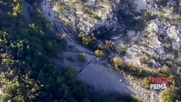 """La """"processione"""" dei migranti in val Rosandra: il VIDEO di una lettrice"""