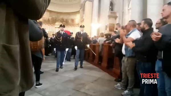 Funerali di Rotta e Demenego, i colleghi portano i feretri fuori dalla chiesa di sant'Antonio (VIDEO)