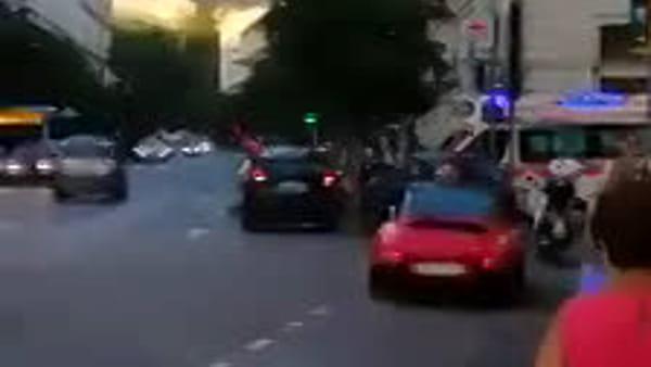 Ambulanza bloccata da un'auto in doppia fila alla fine di viale XX settembre (VIDEO)