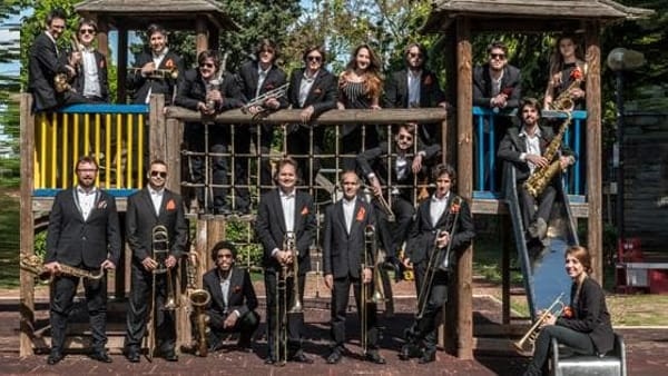 The 1000 Streets' Orchestra, mercoledì live in piazza Ponterosso