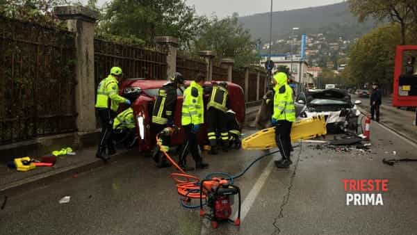 Grave incidente a Barcola: sei feriti, persona incastrata nell'auto (FOTO e VIDEO)