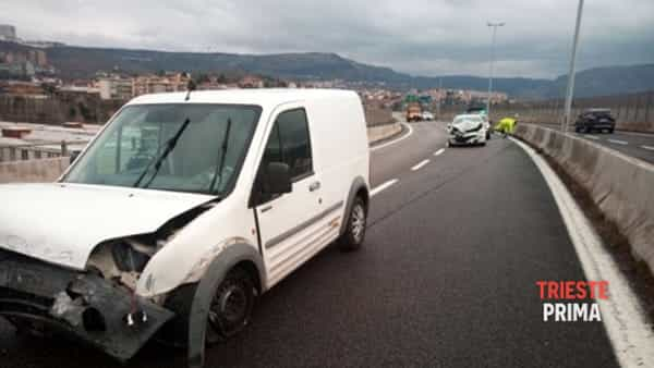 Incidente in Gvt: autocarro fa testacoda e colpisce un'auto, due feriti a Cattinara