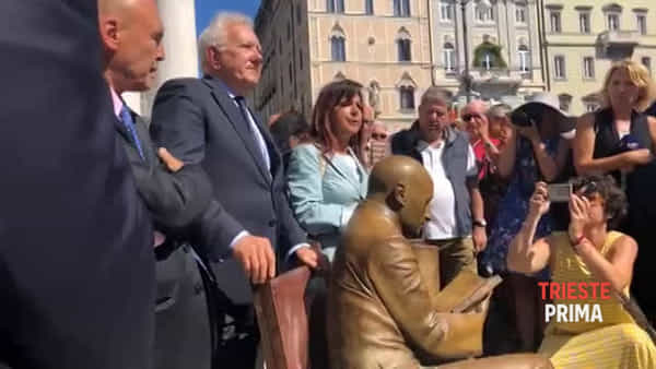Inaugurazione della statua di Gabriele d'Annunzio in piazza della Borsa (VIDEO)