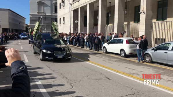 Il corteo funebre per Matteo e Pierluigi attraversa una Trieste ferita (VIDEO)