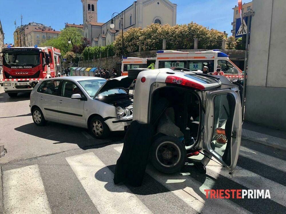 Scontro tra due auto a San Giacomo, una finisce ribaltata: in tre all'ospedale
