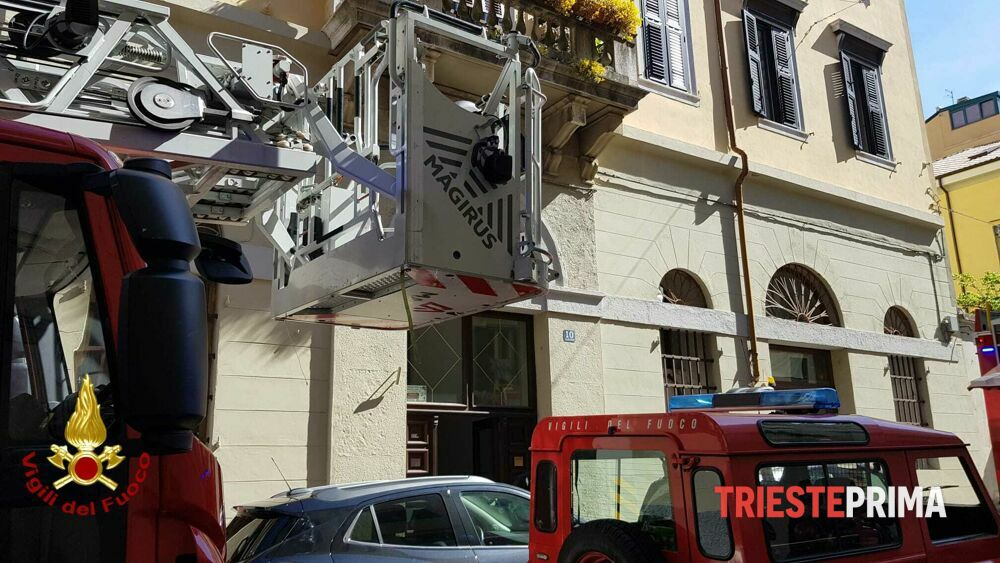 Incendio in via Belpoggio: evacuato lo stabile