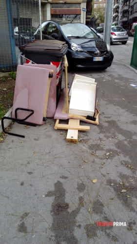 Degrado e rifiuti abbandonati in via broletto angolo via tacco-2
